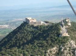 Felanitx está situado en el sur-este de Mallorca. Ideal para pasear por la zona comercial, casco antiguo y centro de la ciudad. Los domingos está el mercado al cual podrás encontrar productos típicos de las islas. En las proximidades de Felanitx nos encontramos San Salvador, antiguo monasterio del cual puedes ver la mayor parte del este de Mallorca.