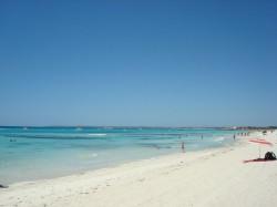 Es Trenc es una paradisiaca playa virgen de arena blanca y aguas cristalinas. Es el último gran arenal de Mallorca sin urbanizar y muy bien conservado. Tiene una longitud de unos 3 km y está rodeada por dunas y matorrales de pino. Por su gran belleza, calidad de aguas y fácil acceso es una de las playas más buscada tanto por los isleños, como por los turistas. En algunas zonas de esta playa se practica el nudismo.