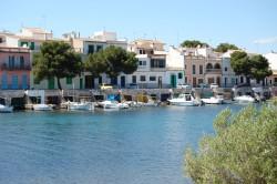Situado en la costa este de Mallorca, se halla uno de los grandes encantos de la isla. Porto Colom consta con unas playas de aguas cristalinas y de mucha calma gracias a las cualidades geográficas de la zona. Con el paso del tiempo, la actividad comercial del puerto ha perdido protagonismo, mientras que actividades como el turismo y el ocio se han tomado las riendas de la economía. Lugares como el Club Náutico de Porto Colom, son sitios donde se demuestra la solidez del puerto, ya que este es reconocido como uno de los más importantes de la isla. Por último, a 31 metros sobre el nivel del mar, el faro de Porto Colom de la luz a todo aquel en busca de un sueño.
