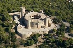 El castillo Bellver es la fortificación de planta circular más antigua de Europa, siendo construida a principios del siglo XIV por el Rey Jaime II de Mallorca. Situado a unos 112 metros de altura sobre el mar y a tres km de Palma, rodeado por el bosque, este castillo de estilo gótico mallorquín se ha convertido en un emblema de la ciudad. Fue construido como residencia real y hoy en día está abierto al público como Museo de Historia de la ciudad de Palma.